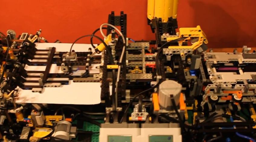 Máquina LEGO para fabricar aviones de papel
