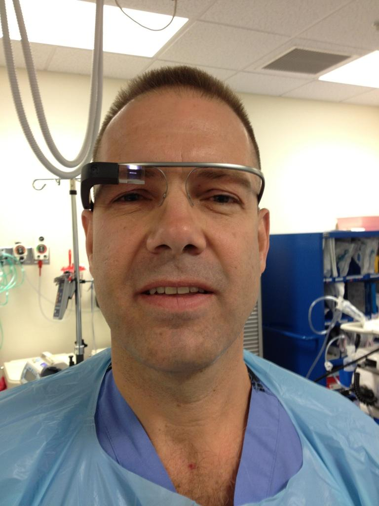 Dr. Grossmann con Google Glass