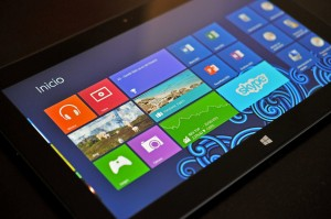 Microsoft Surface RT tablet apoyada