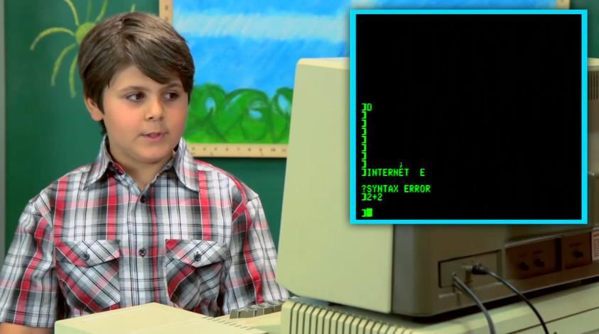 Niños usando ordenadores antiguos