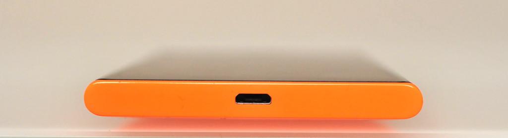 Nokia Lumia 735 - Abajo