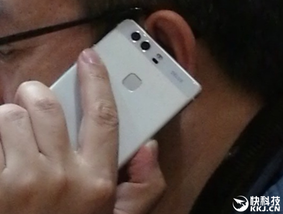 Huawei-president-plays-with-a-dual-camera-phone-that-could-possibly-be-the-Huawei-P9[1]
