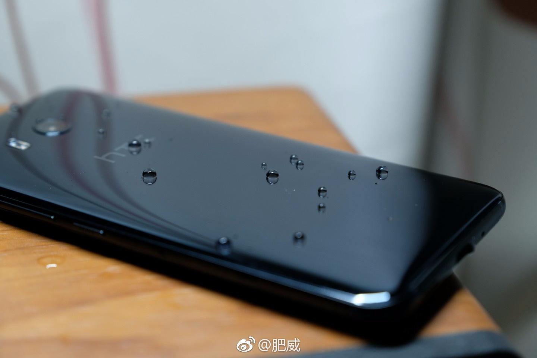 Así funciona el recubrimiento repelente al agua del HTC U11