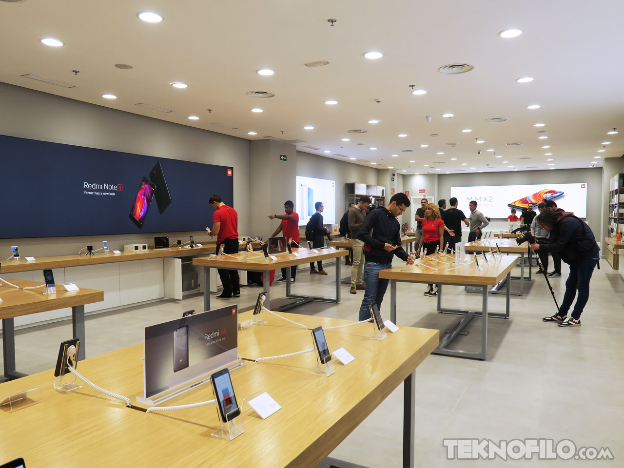 Xiaomi ha abierto hoy las puertas de las primeras tiendas for Oficina xiaomi madrid