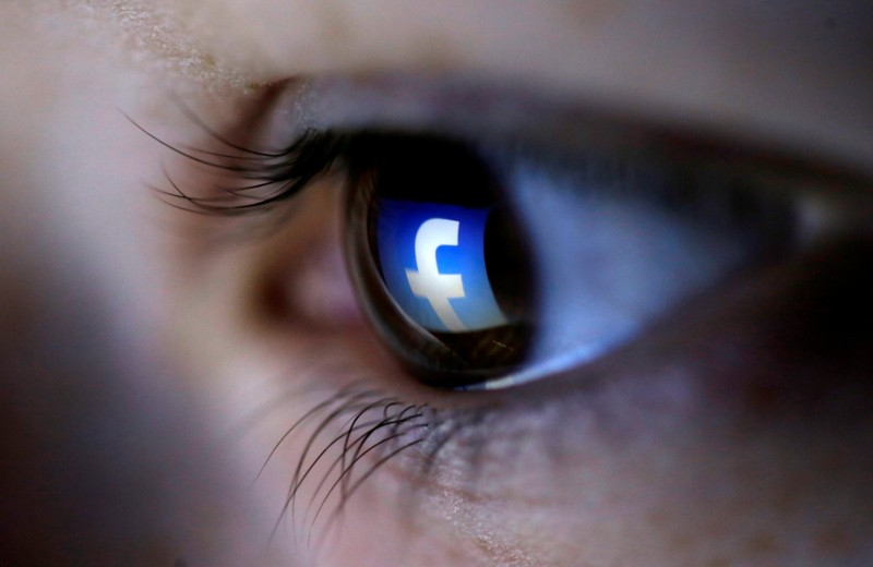 Ojo con logotipo de Facebook