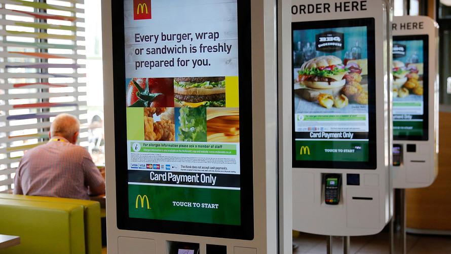 Hackean máquina de autoservicio de McDonald's y consiguen hamburguesas gratis