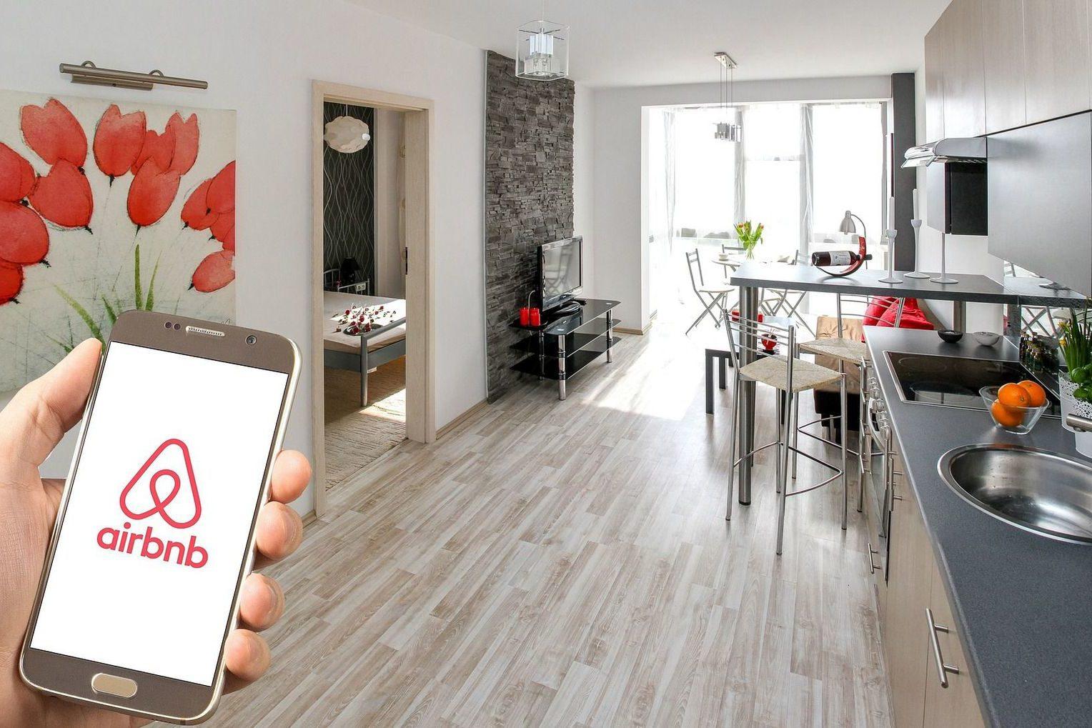 Alquilan por Airbnb y hallan cámara ¡que transmitía en vivo!