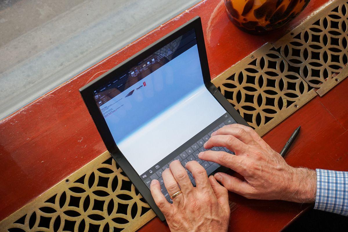 Una compu plegable: Lenovo pegó antes y presentó la primera laptop flexible del mercado