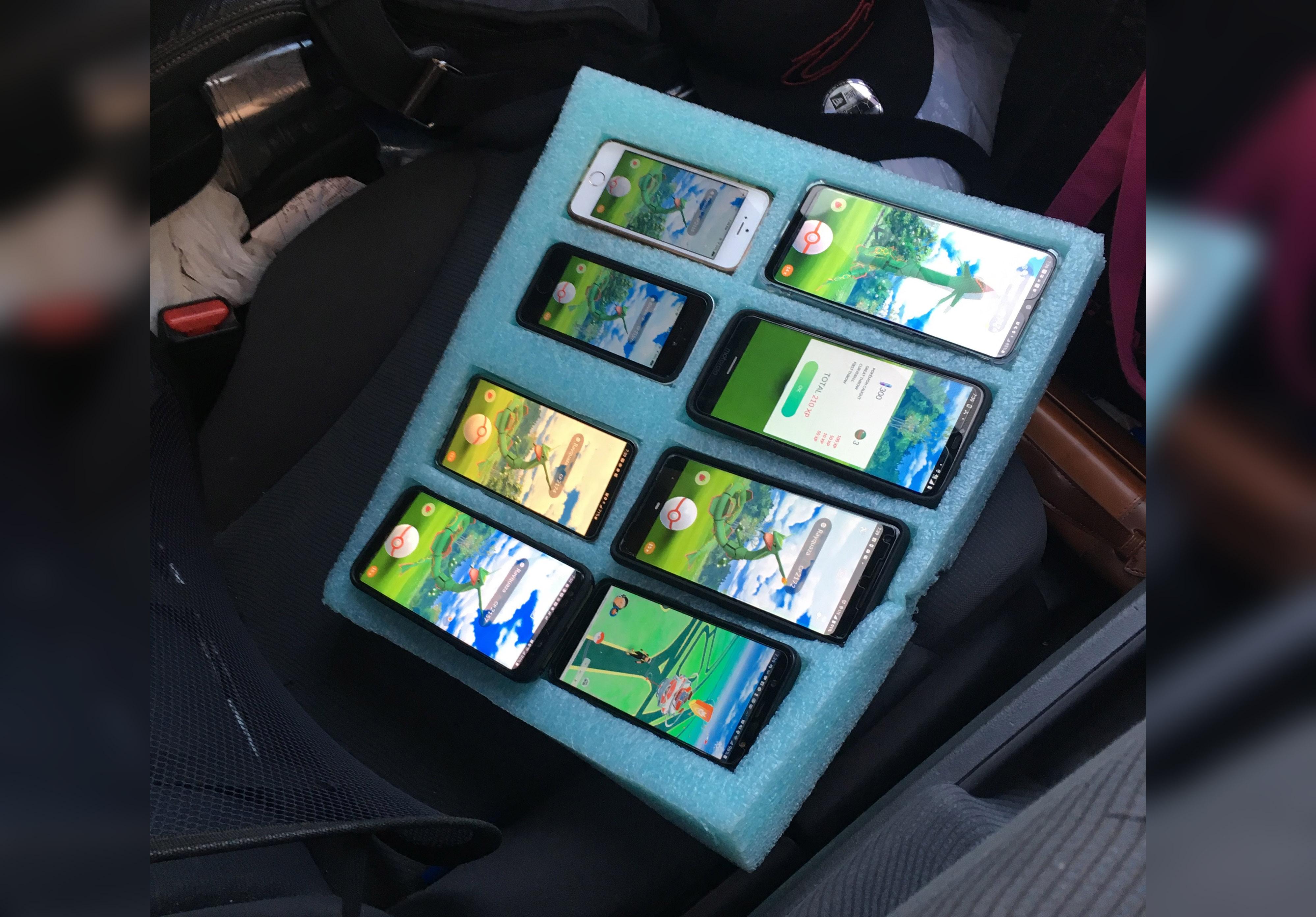 Atrapan a hombre jugando Pokémon Go en 8 teléfonos mientras manejaba