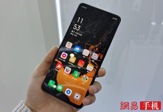 Smartphone OPPO con cámara bajo la pantalla